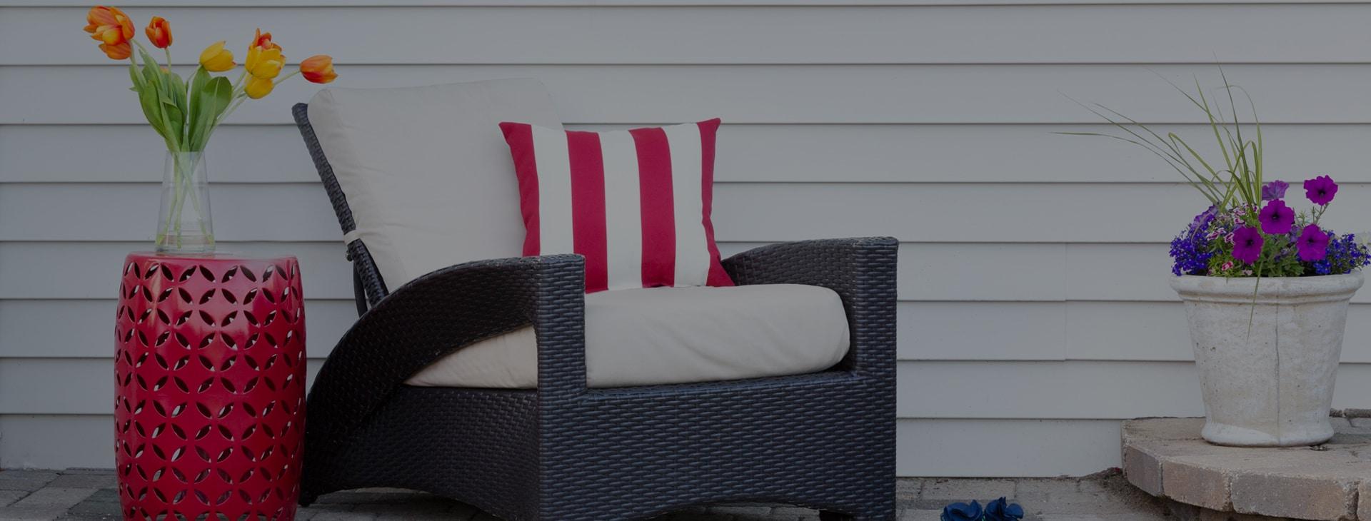 این یک پوشش بزرگ است<br /> پاسیو با صندلی در فضای باز